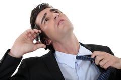 Hombre de negocios que habla en el teléfono Foto de archivo