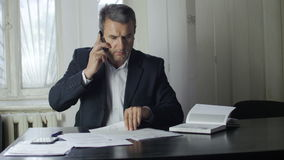 Hombre de negocios que habla en el teléfono metrajes