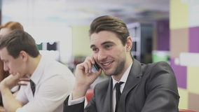 Hombre de negocios que habla en el teléfono en la oficina almacen de metraje de vídeo