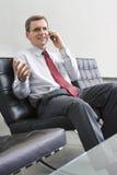 Hombre de negocios que habla en el teléfono móvil fotos de archivo libres de regalías