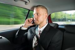 Hombre de negocios que habla en el teléfono móvil imagen de archivo libre de regalías