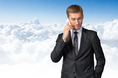 Hombre de negocios que habla en el teléfono móvil fotografía de archivo libre de regalías