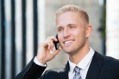 Hombre de negocios que habla en el teléfono móvil foto de archivo