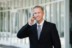 Hombre de negocios que habla en el teléfono móvil fotografía de archivo
