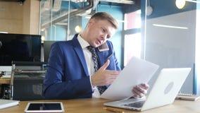 Hombre de negocios que habla en el teléfono y que discute la idea, trabajos múltiple metrajes