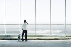 Hombre de negocios que habla en el tel?fono imagenes de archivo