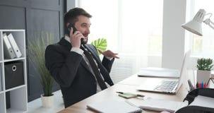 Hombre de negocios que habla en el tel?fono m?vil almacen de metraje de vídeo