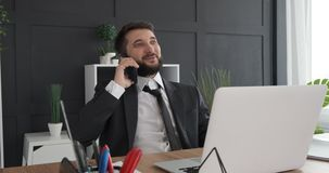 Hombre de negocios que habla en el tel?fono m?vil en el lugar de trabajo almacen de metraje de vídeo