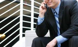 Hombre de negocios que habla en la célula imagenes de archivo