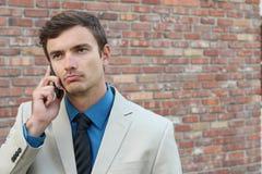 Hombre de negocios que habla en las preocupaciones del teléfono Imagen de archivo libre de regalías