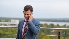 Hombre de negocios que habla en un teléfono metrajes