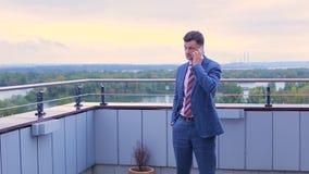 Hombre de negocios que habla en un teléfono almacen de metraje de vídeo