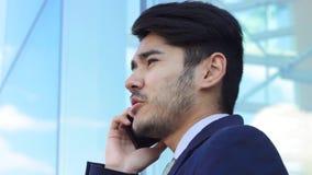 Hombre de negocios que habla Retrato del primer del hombre asiático almacen de metraje de vídeo