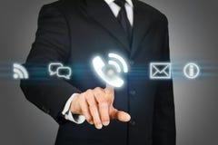 Hombre de negocios que hace clic en el icono de la llamada imagen de archivo