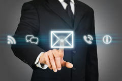 Hombre de negocios que hace clic en el icono del correo electrónico Foto de archivo libre de regalías