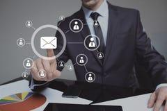 Hombre de negocios que hace clic en el icono del correo electrónico Servicio de correo Fotografía de archivo