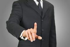 Hombre de negocios que hace clic en la pantalla táctil imagen de archivo libre de regalías