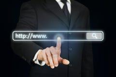 Hombre de negocios que hace clic la barra del internet address Imagen de archivo libre de regalías