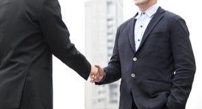 Hombre de negocios que hace el acuerdo del apretón de manos Cooperación del concepto Foto de archivo libre de regalías