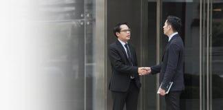 Hombre de negocios que hace el acuerdo del apretón de manos Cooperación del concepto Imagen de archivo
