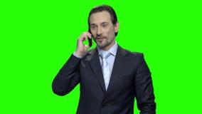 Hombre de negocios que hace el acuerdo rentable usando el teléfono almacen de metraje de vídeo
