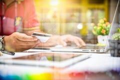 Hombre de negocios que hace la presentación en la tabla de la oficina con el teléfono elegante Fotografía de archivo libre de regalías