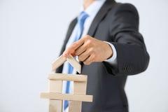 Hombre de negocios que hace la torre imagen de archivo