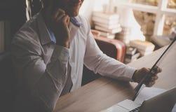 Hombre de negocios que hace llamada en la oficina para la comunicación empresarial foto de archivo libre de regalías