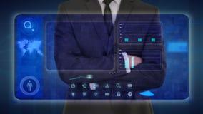 Hombre de negocios que hace un análisis financiero en las pantallas táctiles ilustración del vector