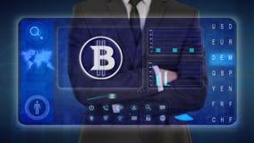 Hombre de negocios que hace un análisis financiero en las pantallas táctiles virtual, Bitcoin, pedazos stock de ilustración