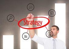 Hombre de negocios que hace un gráfico sobre ESTRATEGIA en la pantalla Fondo de la pared del gráfico Fotografía de archivo