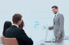 Hombre de negocios que hace una presentación en la oficina Imagen de archivo libre de regalías