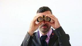 Hombre de negocios que intenta predecir el futuro almacen de video