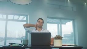 Hombre de negocios que intenta relajarse en casa de lujo Hombre cansado que se relaja en el lugar de trabajo almacen de metraje de vídeo