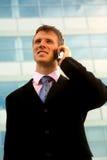 Hombre de negocios que invita al teléfono móvil, al aire libre Foto de archivo
