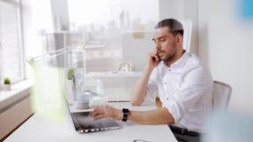 Hombre de negocios que invita a smartphone en la oficina almacen de metraje de vídeo