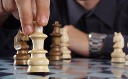 Hombre de negocios que juega a ajedrez Imagenes de archivo