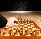 Hombre de negocios que juega a ajedrez Imagen de archivo libre de regalías