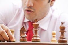 Hombre de negocios que juega a ajedrez Fotos de archivo