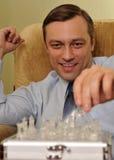 Hombre de negocios que juega a ajedrez en la oficina Foto de archivo libre de regalías