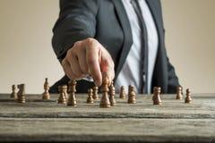 Hombre de negocios que juega a un juego del ajedrez imagen de archivo libre de regalías