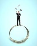 Hombre de negocios que lanza y que coge símbolos del dinero 3D en circ del dinero libre illustration