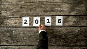 Hombre de negocios que le desea la Feliz Año Nuevo para 2016 Imágenes de archivo libres de regalías