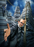 Hombre de negocios que le invita a subir para arriba imágenes de archivo libres de regalías