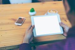Hombre de negocios que lee su tableta con la trayectoria de recortes blanca de la pantalla Imagen de archivo