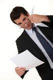 Hombre de negocios que lee un documento Imagenes de archivo