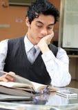 Hombre de negocios que lee un libro Imagen de archivo