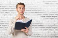 Hombre de negocios que lee un libro imagenes de archivo