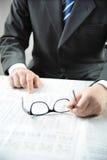 Hombre de negocios que lee un periódico Foto de archivo