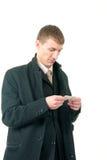Hombre de negocios que lee una tarjeta imagen de archivo